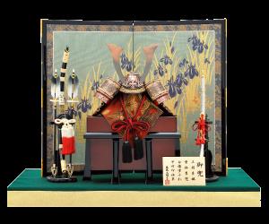 【騎士の兜】 飾り台を使用せず、毛氈の上に兜を飾ります。高級川俣屏風を組み合わせ、落ち着きある豪勢な兜飾り。