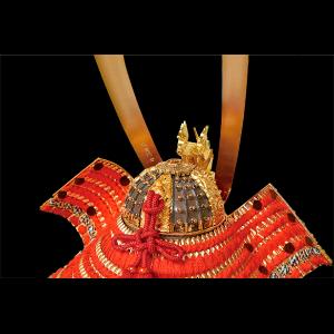 【煌龍兜 背面】琥珀塗四方白本合せ鉢。兜背面から見ても分かる高級感溢れる兜飾りです。