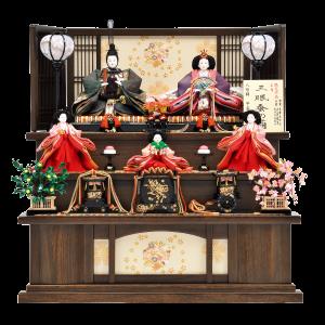 【松菊桜】 しなやかで細い三眠蚕の極上繭。その糸で織られた生地はより滑らかでシワになりにくい特徴を持っています。桐オーク塗りの台屏風に合わせ豪華な三段飾りです。