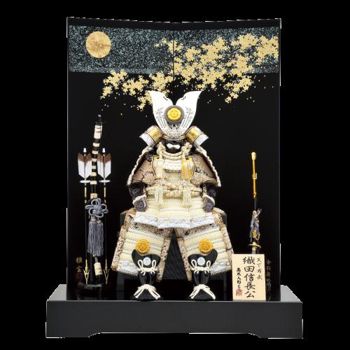 【信長公鎧】 建勲神社所蔵(京都市)織田信長公所用伝の鎧を基に創作された鎧飾り。黒地の背高屏風に純白の信長鎧が一層引き立ちます。