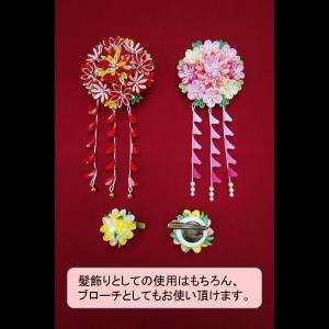 【つまみ細工 髪飾り】羽子板には、大・小2種類のつまみ細工髪飾りが付いています。ともにブローチとしてもお使いいただける、2way仕様です。