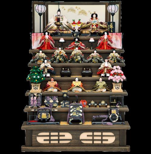 【雛の雅】 飾台・屏風には、木製焼桐を使用した迫力ある高級な七段飾り。 屏風には刺繍による松と梅の絵柄が施されております。