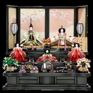 【雅 桜】 親王は三眠蚕を使用しています。 通常の蚕の糸よりもしなやかで細いという特徴があり高品質です。 屏風はクリーム色にピンク色をぼかし、優しい色合いと桜の絵で上品な仕上がりになっています。