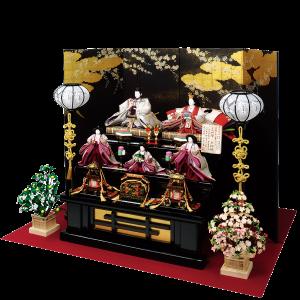 【四季の花】 五代目富家幹夫作、豪華正絹「とみや帯」を使用した名宝絵巻「四季の花」をぜひ一度ご覧下さい。 京都「とみや帯」一本から親王と三人官女の一揃分のみを製作するという豪華絢爛な雛飾りです。 屏風は京都で金彩加工された洛中桜の絵柄で、凛とした佇まいが一層お人形を引き立たせます。