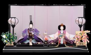 【中 宮】 人形は本草木染め暈しの最上級生地に大変手のかかる横振り刺繍を施した逸品。 屏風は本銀箔屏風で全体を紫色に統一し、気品溢れる風雅な仕上がりになっております。