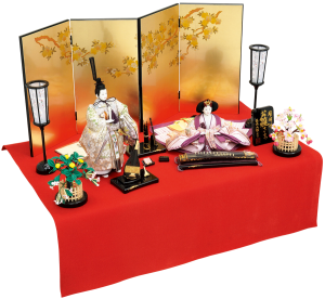 【奏】 お道具は日本古来より伝わる雅楽器を縮小し、高級塗装に蒔絵を施し細部にまでこだわった丁寧な仕上がり。 伝統工芸金沢箔の金箔押屏風を立雛と合わせ、上品でスタイリッシュな雛飾りとなります。