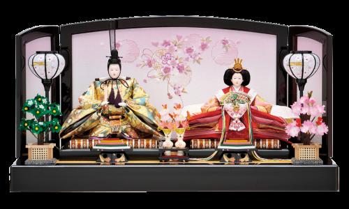 【寿】雪輪桜の刺繍が施された平飾り。煌びやかな衣裳の親王が優しい雰囲気に包まれています。