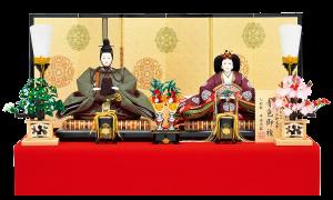 【高 倉】 人形は天皇しか着れない有職織物である青色御袍を使用しております。 帯地丸紋柄の本装仕立て屏風と、本金蒔絵の施された伝統工芸駿河雛具を使用した高雅な雛飾り。