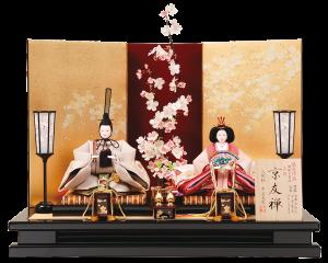 【宵 桜】 人形は多彩で絵画調の模様を着物に染めあらわす京友禅を使用。 中央に一本の桜を置いた独創的かつ上品な仕上がり。