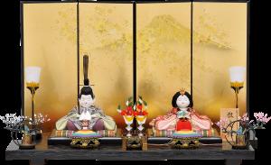 【敬愛雛】 人形は正絹生地を使用した龍村織物。 台は杢目の美しい黒塗り台。屏風は金沢箔に富士と桜を描き、優雅な仕上がり。 お道具は本金蒔絵、花は駿河竹千筋細工を使用した高級感溢れる木目込飾り。