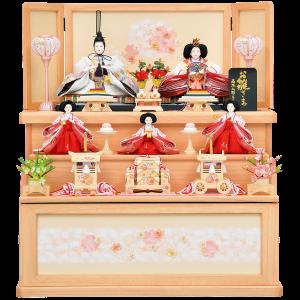 【穂 花】 ピンクで統一した可愛らしい三段収納飾りになります。 人形には金彩刺繍を施してあり、優しいクリーム色の官女にもこだわっています。