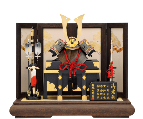 【陽 炎】 兜は細部にまでこだわった豪華仕様。 焼桐飾台、屏風に金色の松が描かれており、上品で閑静な雰囲気。