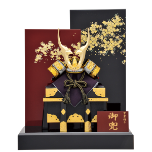 【勢】 黒小札に青裾濃威しが個性的で小柄な兜飾り。 黒と朱色の屏風に金の桜が描かれており、上品で華やかな仕上がり。