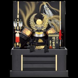 【着用徳川公兜】 徳川家康公の着用兜飾り。 黄金色のシダの葉前立てを、銀昇龍の描かれた屏風に合わせ、 圧倒的存在感のある仕上がり。