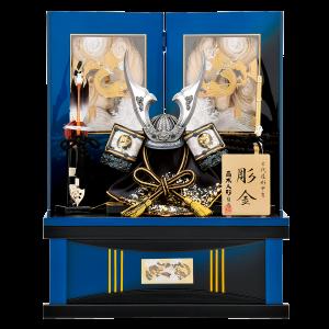 【豪 奢】 銀仕立ての彫金兜を青色グラデーションの台屏風に合わせた彫金尽くしの収納飾りです。