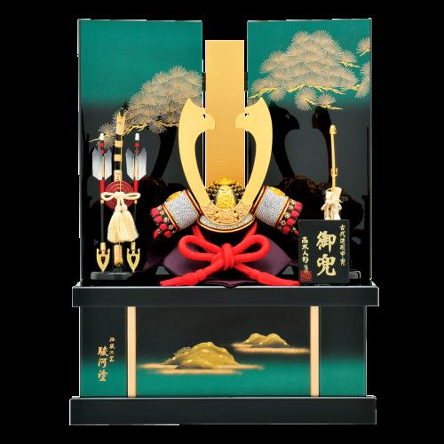 【京 兜】 合せ鉢・本金鍍金鍬形の上質な兜に、緑色のグラデーション台屏風を合わせた豪華な収納飾りです。