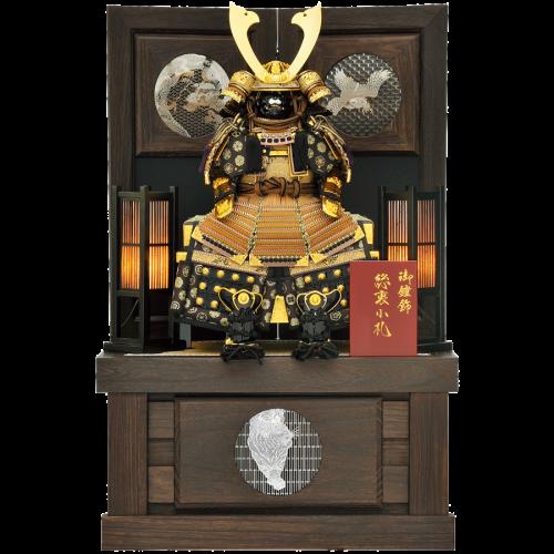 【王者鎧】 シリアルナンバー付の限定生産品鎧飾り。 収納箱・屏風は焼桐宇造り加工の高級仕上げ。