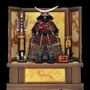 【政宗公鎧】 鑚彫の弦月前立てが目を引きます。 焼桐加工の飾り台・屏風に、金彩で描かれた松竹梅が純和風な雰囲気を演出します。