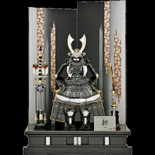 【燦】 スワロフスキー製クリスタルを施した高木人形オリジナル鎧飾り。 屏風は現代風の絵柄で、和洋どのようなお部屋でもマッチするデザイン。