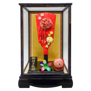 【つまみ細工羽子板 ピンク】 京都の職人によるハンドメイドの可愛いつまみ細工の髪飾り。羽子板と組み合わせた高木人形オリジナル商品です。髪飾り・ブローチとして、また七五三はもちろん卒業式・成人式などのお祝いにもご利用頂けます。