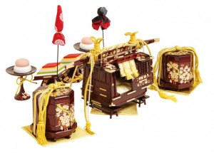 【駿河雛道具】 京都の組房を使用し、駿河極上塗りで仕上げました。 また、御駕籠は総内張りで、蒔絵には手張りの箔押しが見事に施されています。