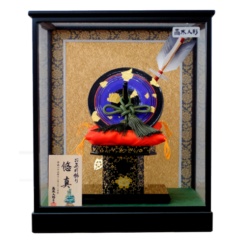 【京独楽ケース飾り】京都の職人さんが丁寧に仕上げた京独楽飾り。青・赤の2種類からお選び頂けます。京独楽は実際に回して遊ぶことができます。こちらの商品には特製オリジナル名入り木札が付属します。