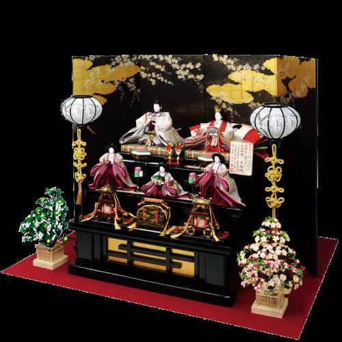 【洛中桜】 屏風は京都で金彩加工された洛中桜の絵柄で、凛とした佇まいが一層お人形を引き立たせます。