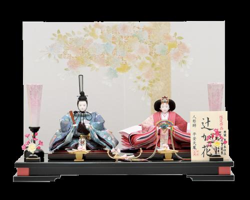 【辻ヶ花】ファッションデザイナー山本寛斎監修の「辻が花」をお召しになったお人形。辻が花は絞り染めの着物(小袖)の呼び名。幻想的な花々が魅力の親王飾りです。