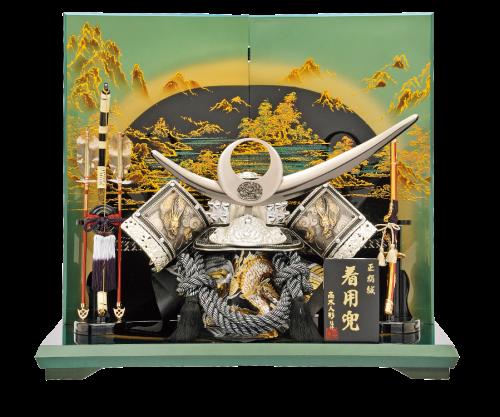 【着用彫金兜】人気のシルバーで仕上げた着用兜。会津塗りの台屏風は見る角度で色が変化する優れものです。