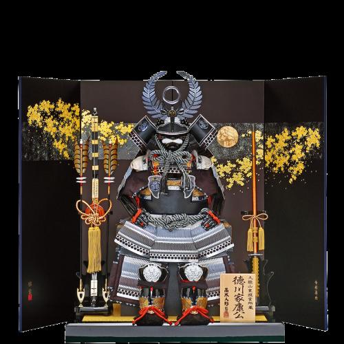 【着用家康公鎧】 前立て・家紋にブロンズ色、眉庇・吹返し・弦走りには黒レザーを使用した高木人形オリジナル鎧。 シルク調の織物に裏から和紙を貼った最高級の本装仕様屏風です。 CMにも使われている高木人形を代表する鎧飾りとなります。
