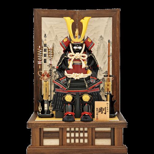 【着用鎧剛】 高木人形オリジナル着用鎧。 飾り場所を取らなくスリムに飾れます。飾台・屏風共に焼桐加工、葛布を使用。 屏風には手描き山水絵が描かれています。