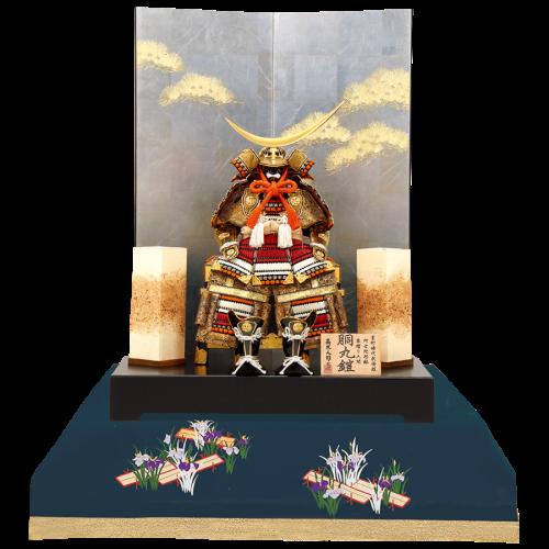 【松 風】 落ち着きのある鮮やかな色合いの段縅しが目を引く鎧飾り。 銀箔屏風に行灯を組み合わせ上品な仕上がり。
